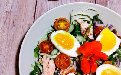 Salat med varmrøget laks og smilende æg og wasabi dressing