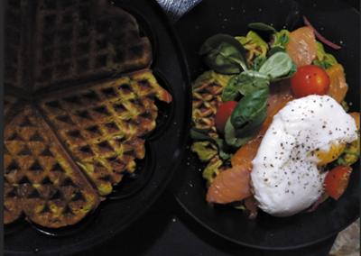 Ærtevaffel med røget laks og pocheret æg